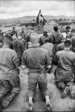 Capt. Bill Carpenter and Members of the 101st Airborne at Outdoor Catholic Mass, Vietnam, 1966 Reproduction photographique par Larry Burrows