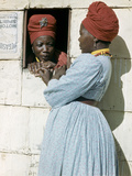 Herero Tribeswomen Wearing Turban and Dangling Earrings, Windhoek, Namibia 1953 Fotografisk tryk af Margaret Bourke-White