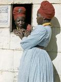 Herero Tribeswomen Wearing Turban and Dangling Earrings, Windhoek, Namibia 1953 写真プリント : マーガレット・バーク=ホワイト