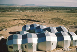 Elevated View of a Residential Geodesic Dome Structure, Called 'Zome', Corrales, NM, 1972 Fotografisk trykk av John Dominis