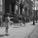 Children Jump Roping on Sidewalk Next to Brooklyn Brownstones, NY, 1949 Impressão fotográfica por Ralph Morse