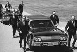 Secret Service Agents in Training Running with Motorcade, Washington DC, 1968 Reproduction photographique par Stan Wayman