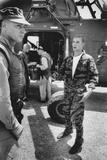 Marine Cpl. James C. Farley Andd Helicoptor Pilot Captain Vogel, Danang, Vietnam 1965 Reproduction photographique par Larry Burrows
