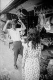 U.S Cpl. James C. Farley of Yankee Papa 13 Trying on Bush Hats, Danang, Vietnam 1965 Reproduction photographique par Larry Burrows