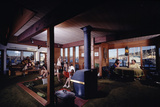 1971: People Attending a Party in the Sunken Living Room of a Floating Home, Sausalito, California Fotografie-Druck von Michael Rougier