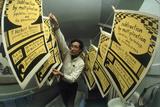 Yale's Zero Population Growth President William Ryserson Hanging Posters to Dry in Bathroom, 1970 Fotografisk trykk av Art Rickerby