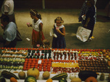 1955: Fairgoers as They Look at a Display of Produce at the Iowa State Fair, Des Moines, Iowa Fotografisk trykk av John Dominis