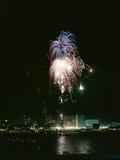 July 4, 1959: View of a Fireworks Display Above the Detroit River, Detroit, Michigan Reproduction photographique par Stan Wayman