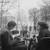Parisian Couple Drinking Coca Cola at a Sidewalk Cafe While Reading, Paris, France, 1950 Reproduction photographique par Mark Kauffman