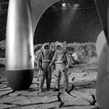 American Actors John Archer (L) and Warner Anderson on Set of 'Destination Moon', 1950 写真プリント : アラン・グラント