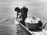 Laundry Washing at a River, 1940 Fotografisk trykk av Scherl Süddeutsche Zeitung Photo