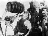 Man Drinking Wine During Grape Harvest in France, 1940 Fotografisk trykk av  Süddeutsche Zeitung Photo