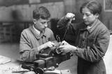 Electrician Apprentices in Paris, 1941 Impressão fotográfica por  Süddeutsche Zeitung Photo