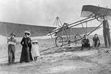Bert Hinkler and His Family Next to an Aircraft, Ca. 1920s Impressão fotográfica por Scherl Süddeutsche Zeitung Photo