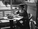 Woman in a Café in Vienna, 1930s Photographic Print by Scherl Süddeutsche Zeitung Photo
