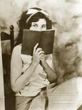Young Girl Reading Fotoprint van Scherl Süddeutsche Zeitung Photo