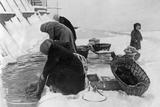 Women Do their Laundry in Leningrad, Winter 1925/26 Impressão fotográfica por Scherl Süddeutsche Zeitung Photo