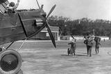 Family Rushing to a Prop Airliner, Ca. 1920s Impressão fotográfica por Scherl Süddeutsche Zeitung Photo