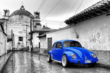¡Viva Mexico! B&W Collection - Royal Blue VW Beetle Car in San Cristobal de Las Casas Impressão fotográfica por Philippe Hugonnard