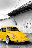 ¡Viva Mexico! B&W Collection - Yellow VW Beetle in San Cristobal de Las Casas Impressão fotográfica por Philippe Hugonnard