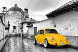 ¡Viva Mexico! B&W Collection - Yellow VW Beetle Car in San Cristobal de Las Casas Fotografie-Druck von Philippe Hugonnard