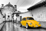 ¡Viva Mexico! B&W Collection - Yellow VW Beetle Car in San Cristobal de Las Casas Impressão fotográfica por Philippe Hugonnard